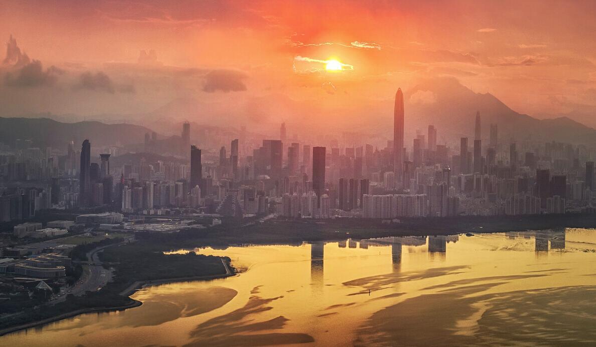 《旭日東昇》:清晨,當太陽在東方冉冉升起的那一刻,美的讓人心醉。紅樹林傳出清亮的鳥鳴聲,把城市襯托的格外寧靜和空曠。