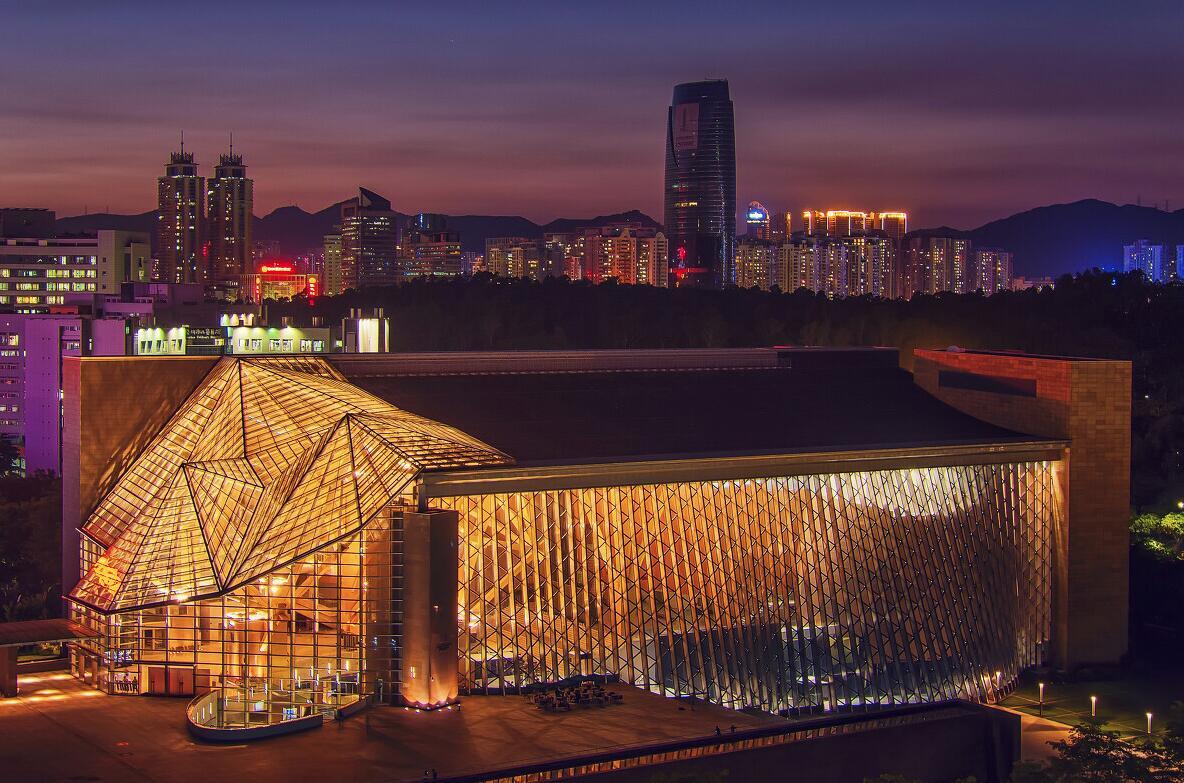 《夜幕音樂廳》:融匯東西方文化韻味的深圳音樂廳,建築造型優雅獨特,藝術的氣息和藝術的魅力,讓深圳人獲得精神上的愉悅。