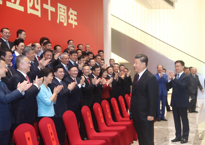 10月14日,深圳經濟特區建立40周年慶祝大會在廣東省深圳市隆重舉行。中共中央總書記、國家主席、中央軍委主席習近平在會上發表重要講話。這是習近平等親切會見參加慶祝大會的部分代表。 新華社
