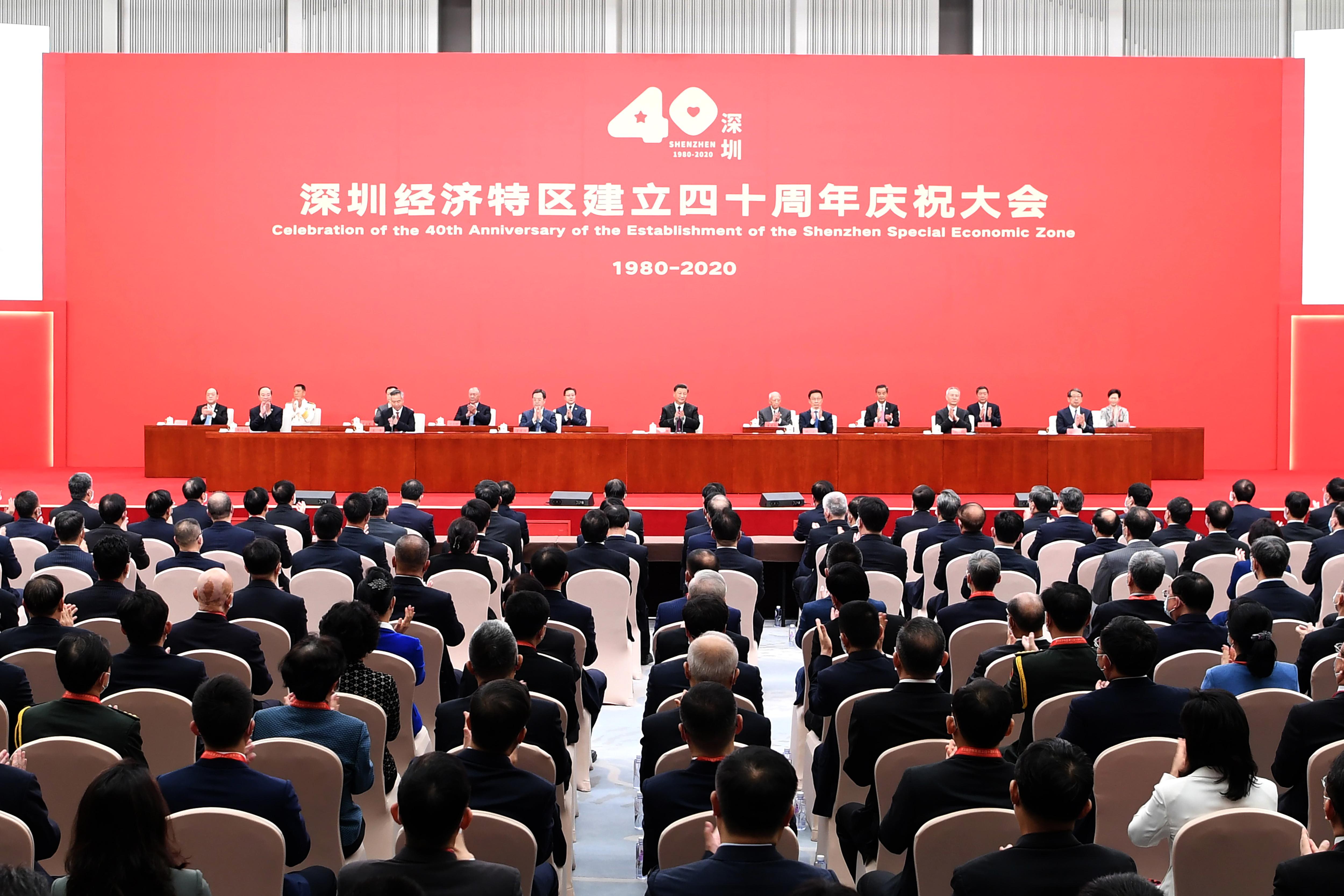 10月14日,深圳經濟特區建立40周年慶祝大會在廣東省深圳市隆重舉行。中共中央總書記、國家主席、中央軍委主席習近平在會上發表重要講話。這是習近平等親切會見參加慶祝大會的部分代表並同大家合影留念。 新華社