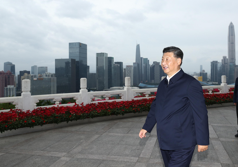 10月14日,深圳經濟特區建立40周年慶祝大會在廣東省深圳市隆重舉行。中共中央總書記、國家主席、中央軍委主席習近平在會上發表重要講話。這是當天下午,習近平在蓮花山公園遠眺特區新貌。 新華社