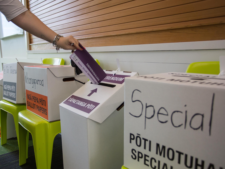 10月17日上午,在新西蘭最大城市奧克蘭一處投票站,選民登記投票。 (新華社)