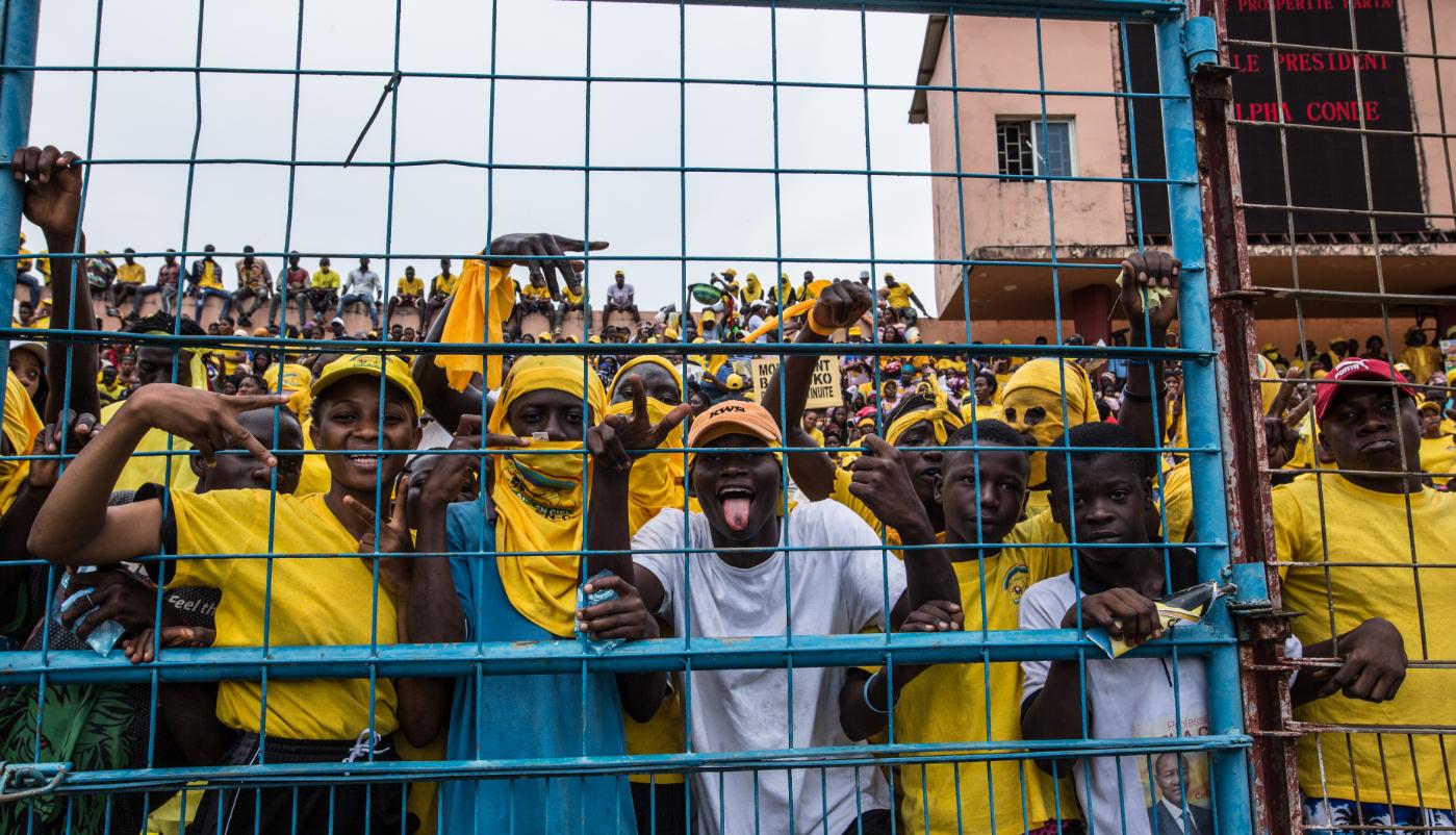 幾內亞將於18日舉行總統選舉。 10月16日,幾內亞總統孔戴的支持者在首都科納克里參加競選活動。(新華社)