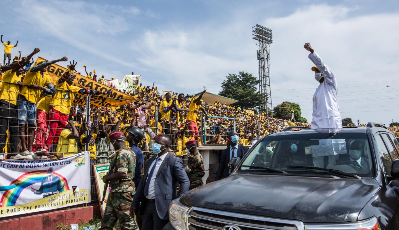 10月16日,在幾內亞首都科納克里,幾內亞總統孔戴(右)乘車進入競選活動現場。(新華社)