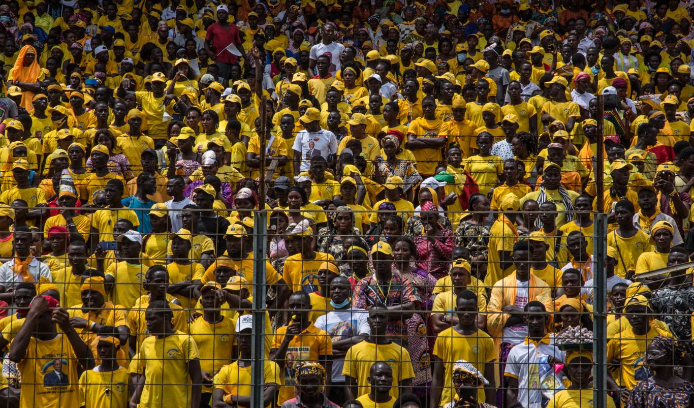 10月16日,幾內亞總統孔戴的支持者在首都科納克里參加競選活動。(新華社)