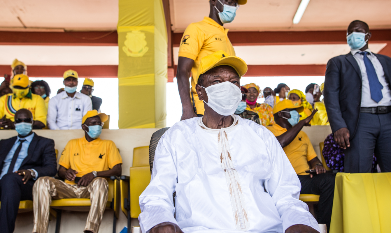 10月16日,幾內亞總統孔戴(前)在首都科納克里出席競選活動。(新華社)