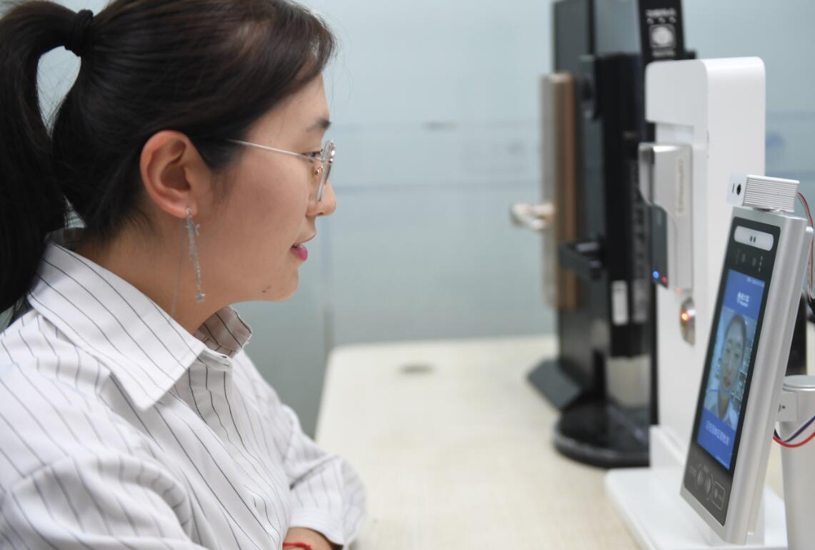 10月19日,在福州經濟技術開發區,一家通信科技企業的員工在調試人臉識別智能核驗終端。(新華社)