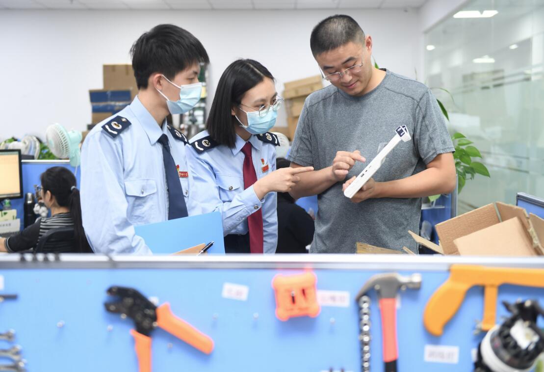 10月19日,在福州經濟技術開發區,稅務人員在一家通信科技企業的研發平台調研研發費用加計扣除對企業研發的作用。(新華社)