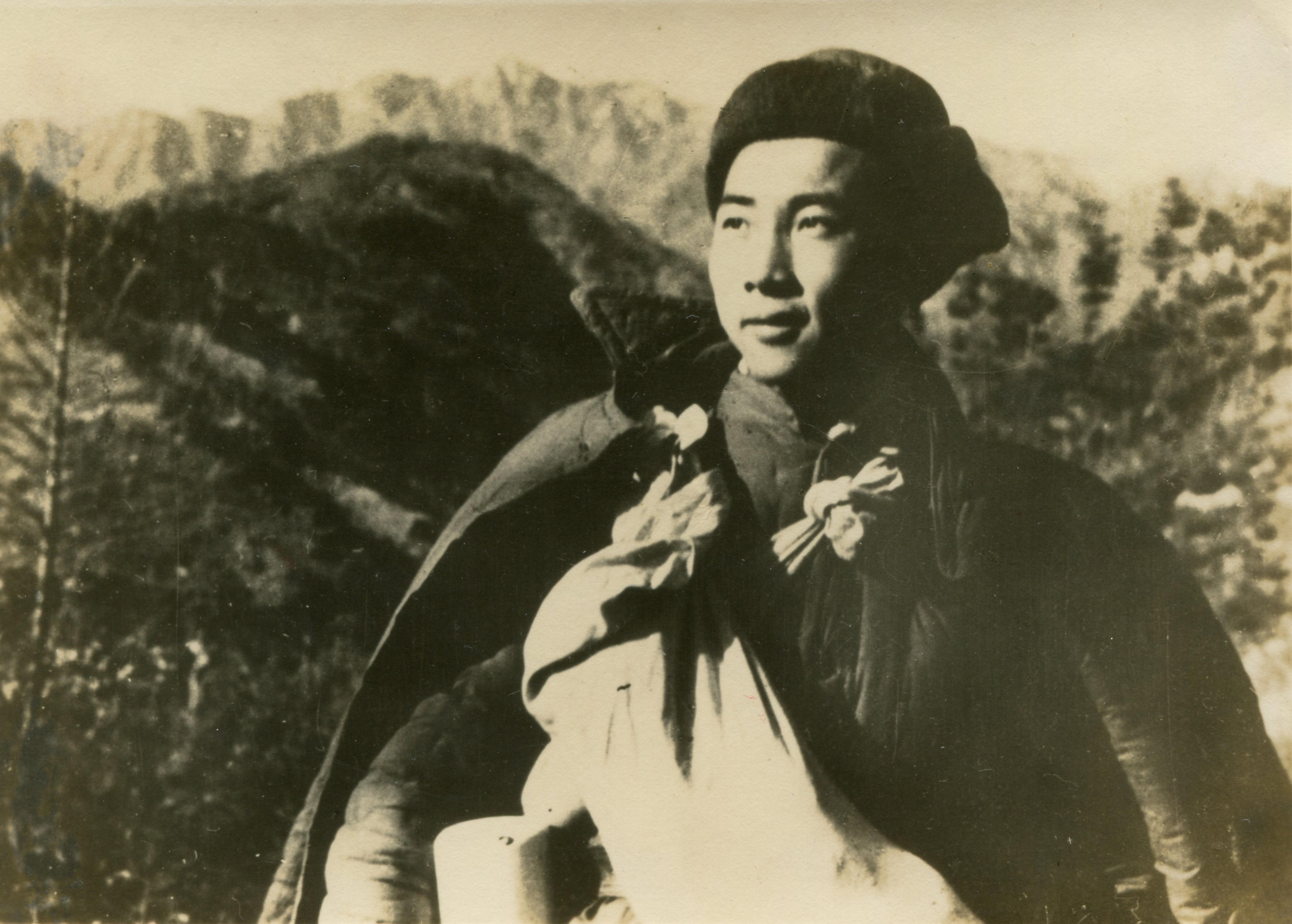 19501227 志願軍戰士胸前背的乾糧袋。(資料圖片)