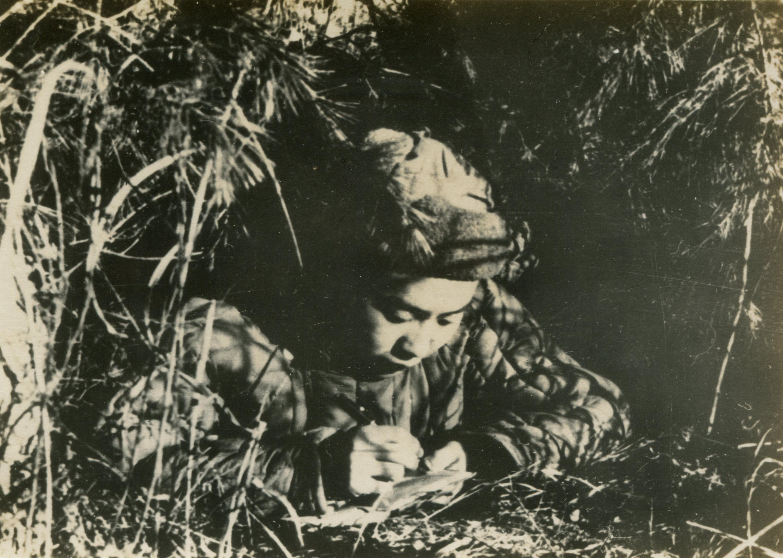 1950年12月27日,志願軍戰士在戰鬥停止後,孜孜不倦學習文件。(資料圖片)