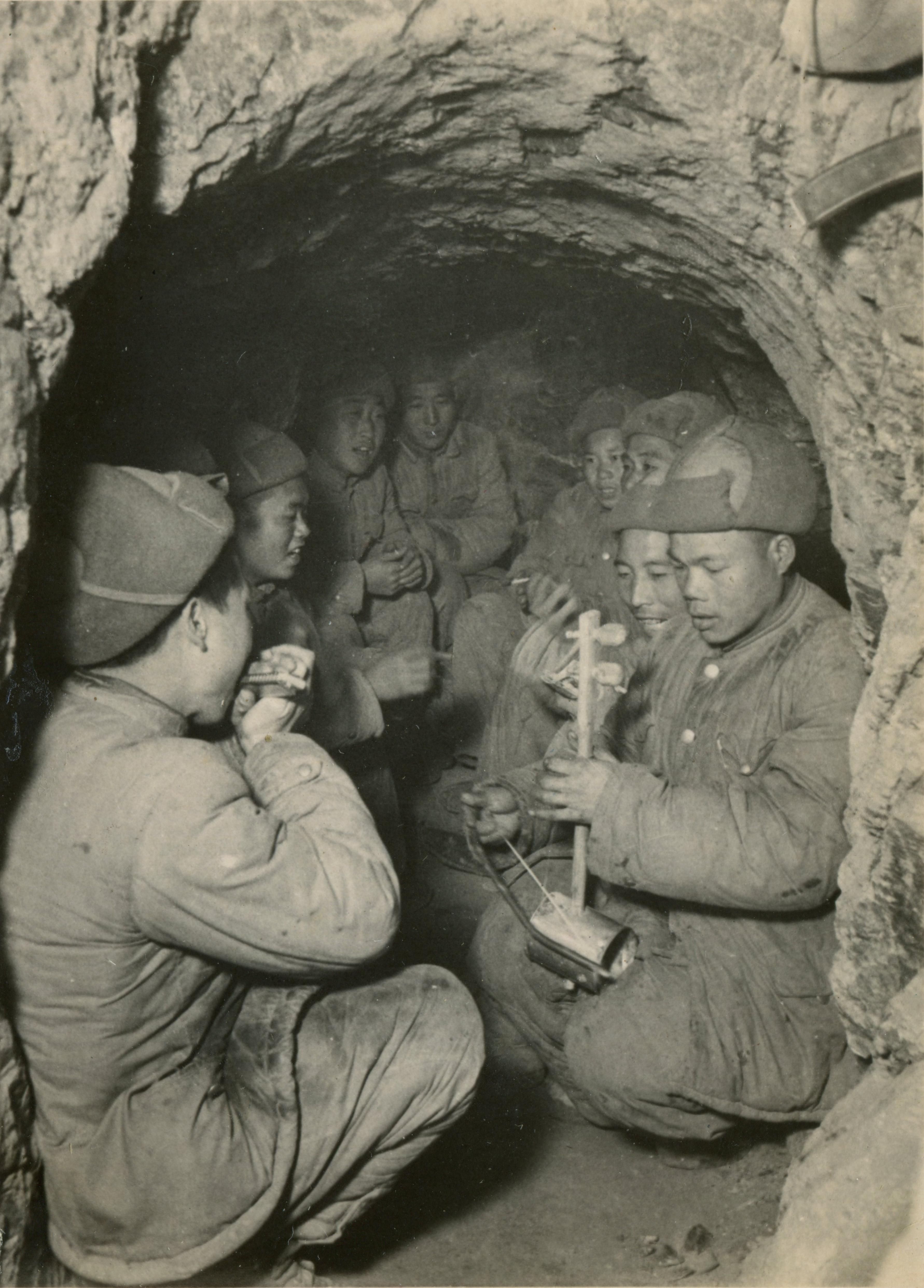 1952年03月24日,志願軍戰士在休息時盡情歌唱作樂。(資料圖片)