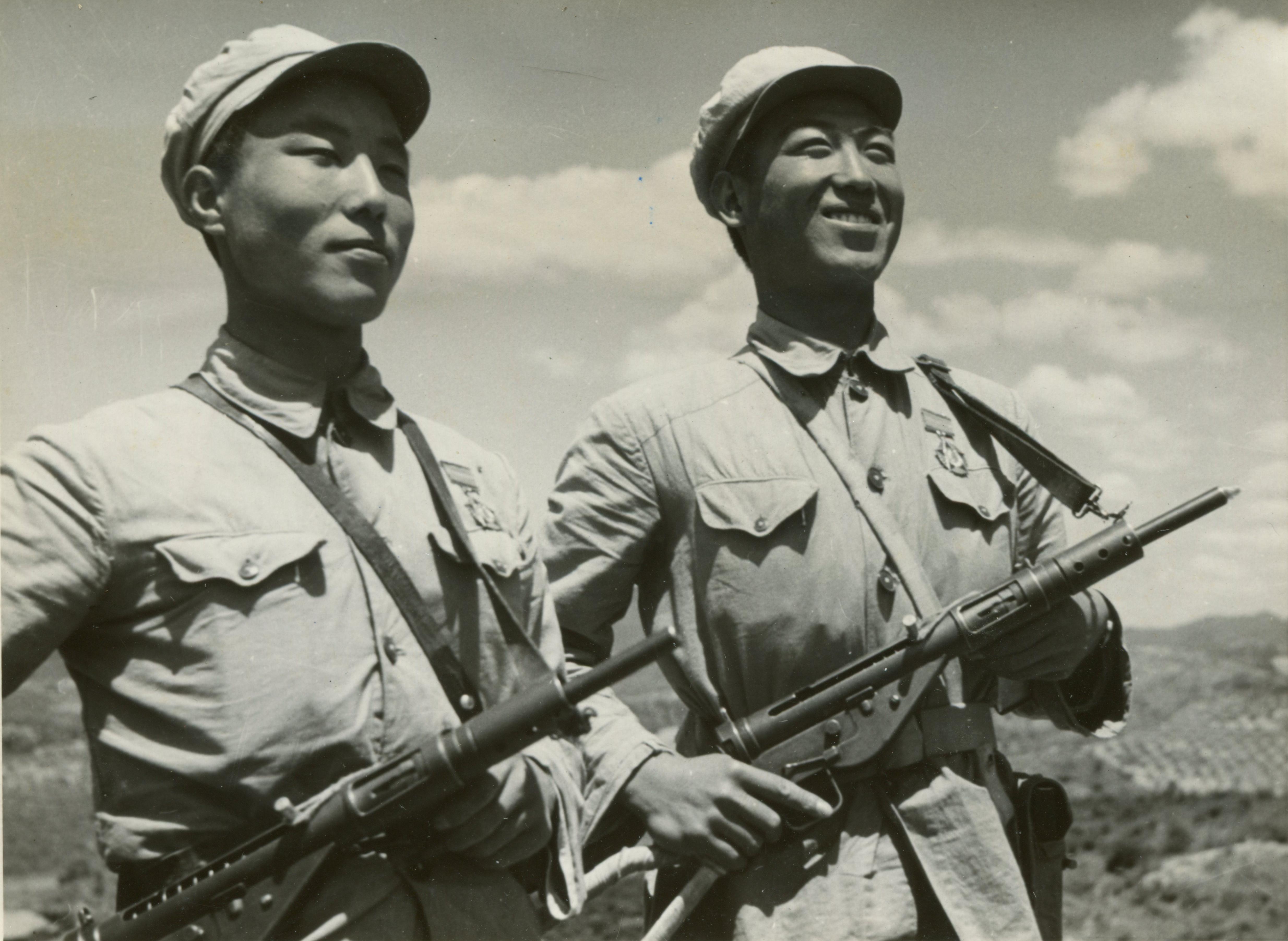 1952年06月26日,「抗美援朝紀念章」運到朝鮮,抗美援朝的志願軍戰士戴在身上。(資料圖片)