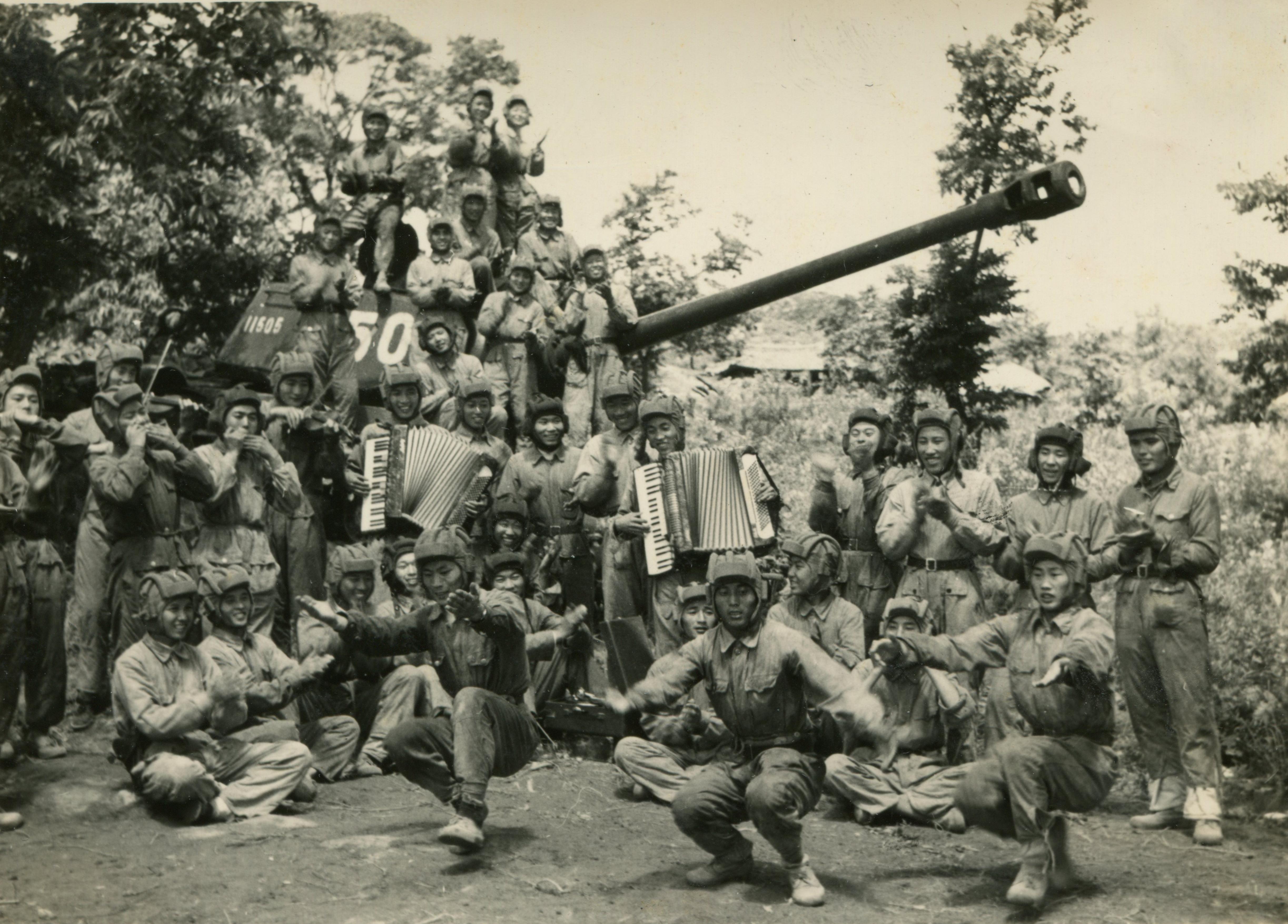 1952年10月18日,志願軍戰士們在一場戰鬥勝利結束後,興奮愉快地歌舞。(資料圖片)