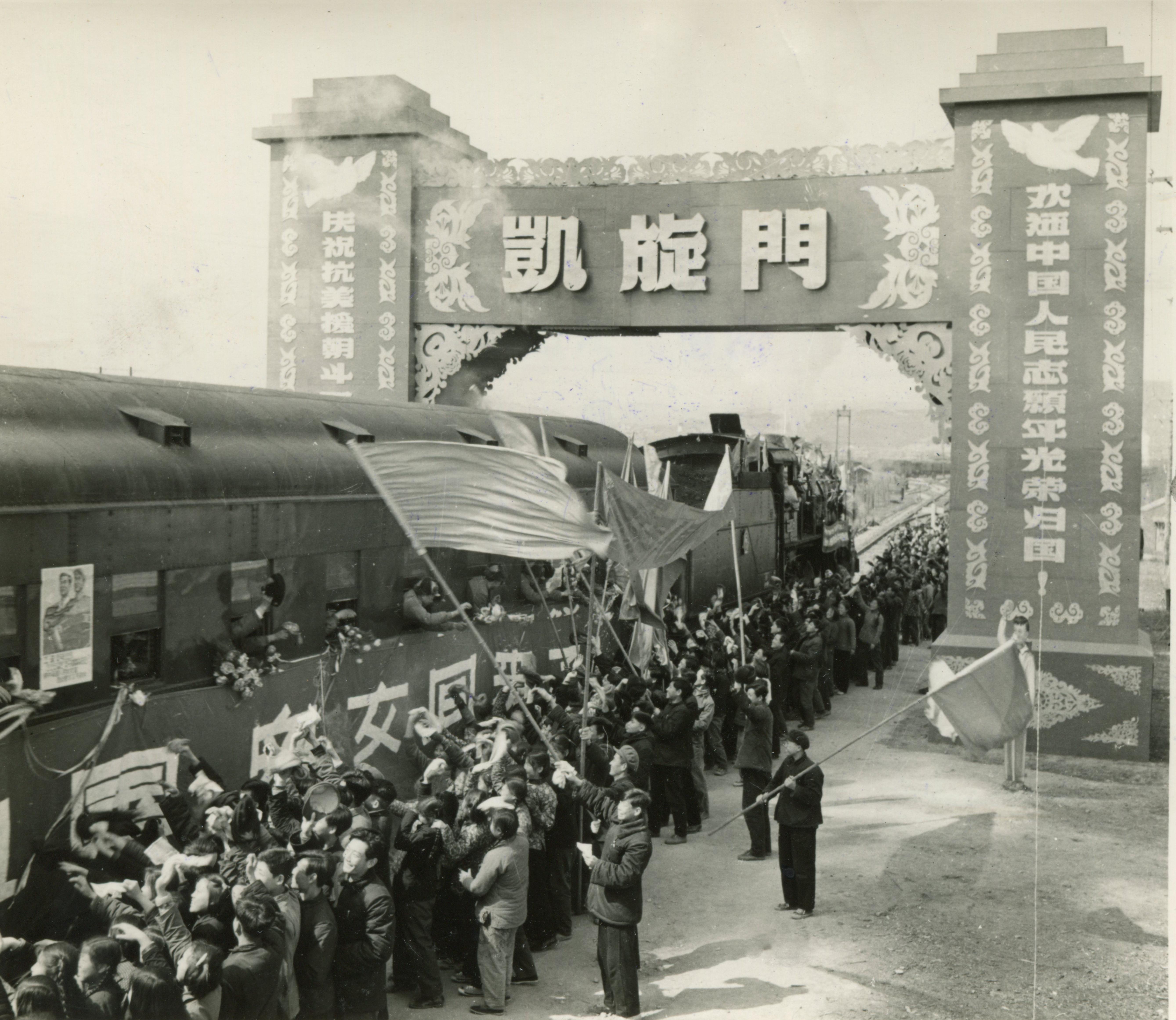19540920 志願軍首批歸國部隊到達祖國邊境城市安東,經過祖國人民搭起的凱旋門。(資料圖片)