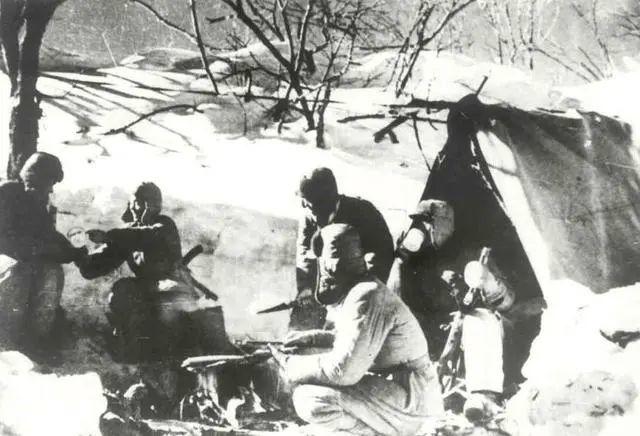 在第四次戰役中,志願軍戰士化雪止渴。(資料圖片)