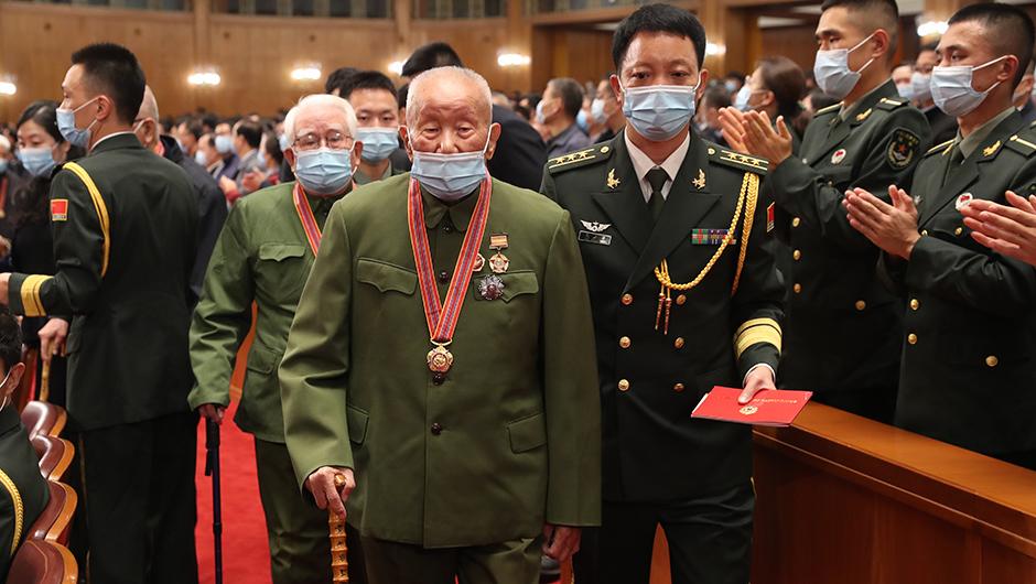 10月23日,紀念中國人民志願軍抗美援朝出國作戰70周年大會在北京人民大會堂隆重舉行。圖為志願軍老戰士、老同志入場。(新華網 )