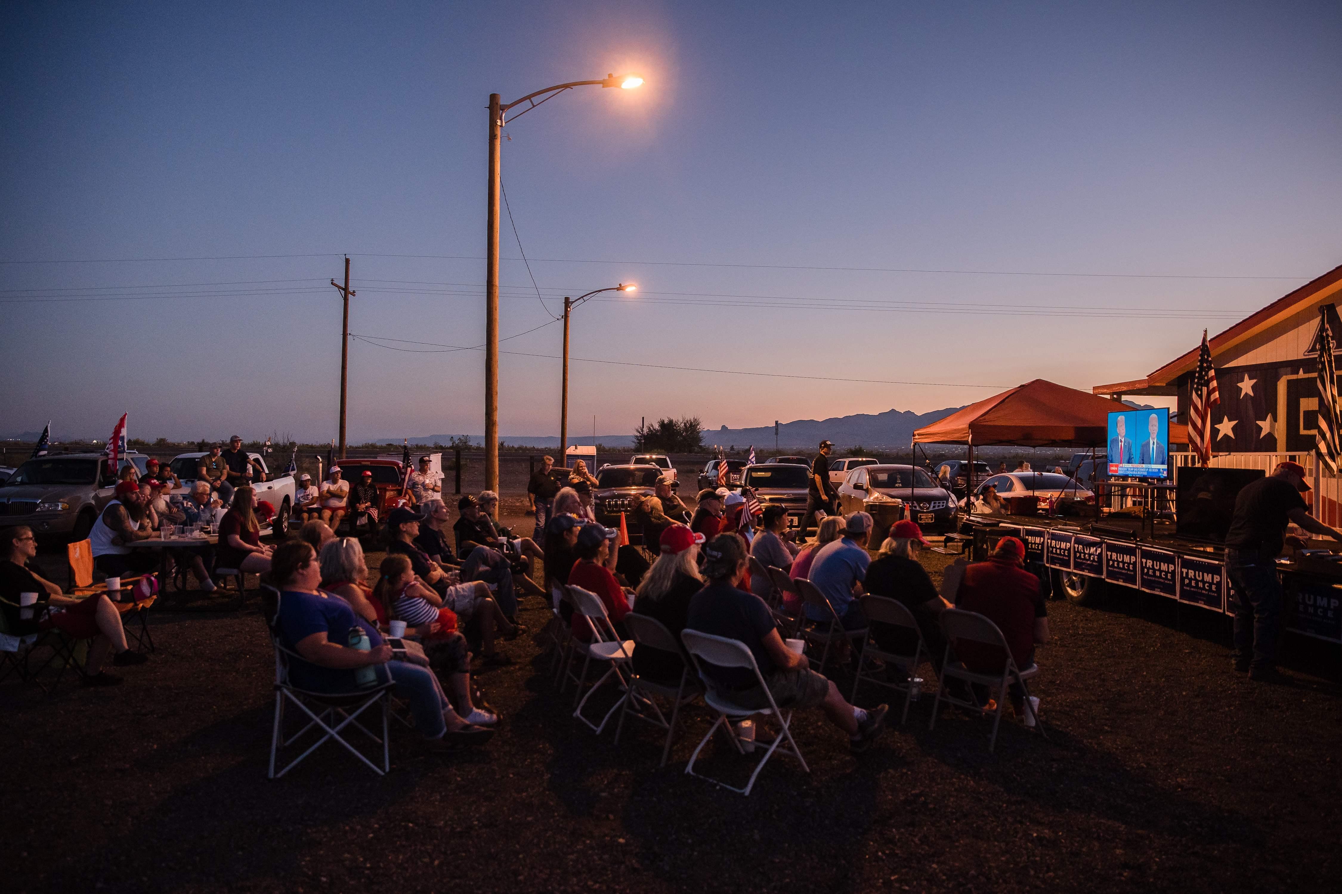 當地時間10月22日,人們聚集在亞利桑那州金谷舉行總統辯論觀察會時。(法新社)