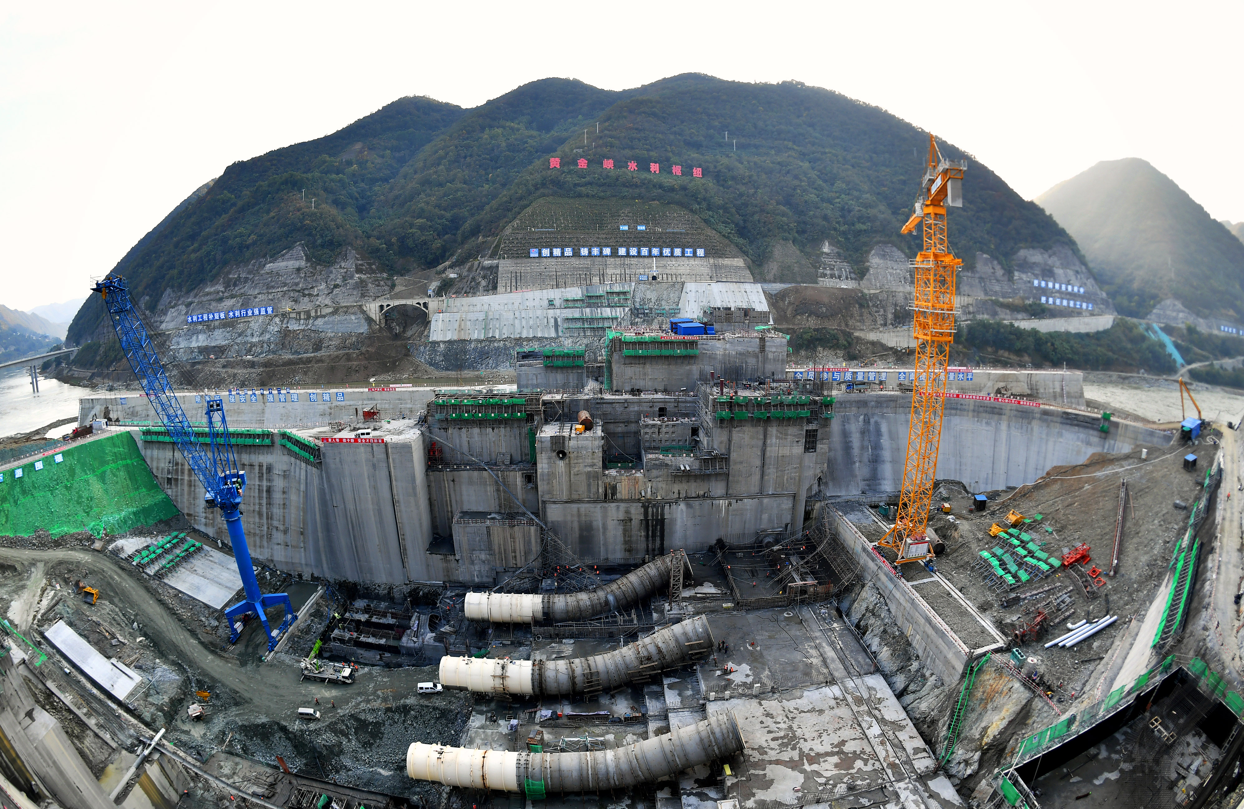 10月21日,建設中的引漢濟渭工程黃金峽水利樞紐。(新華社)