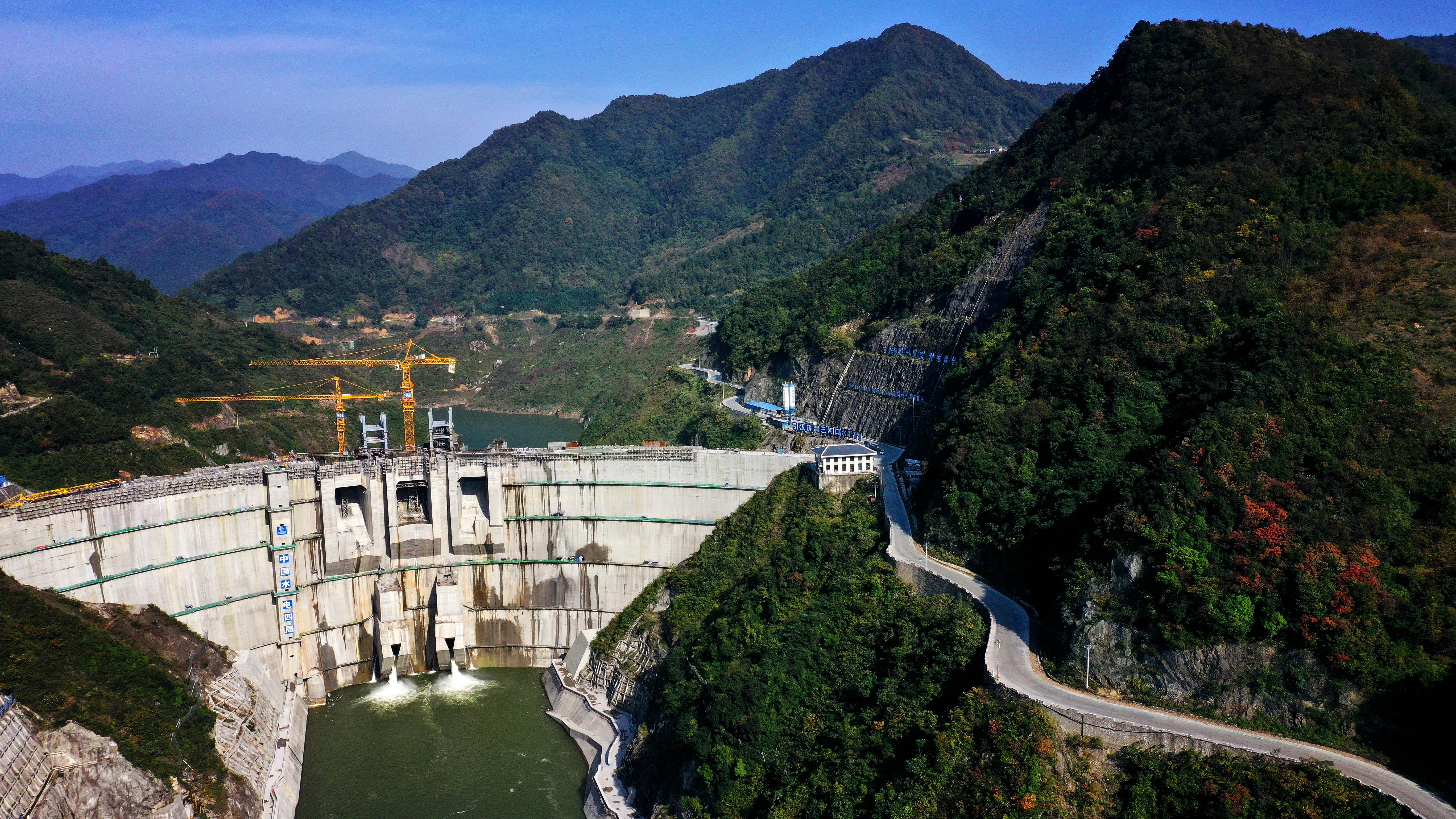 10月21日無人機拍攝到的建設中的引漢濟渭工程三河口水利樞紐。(新華社)