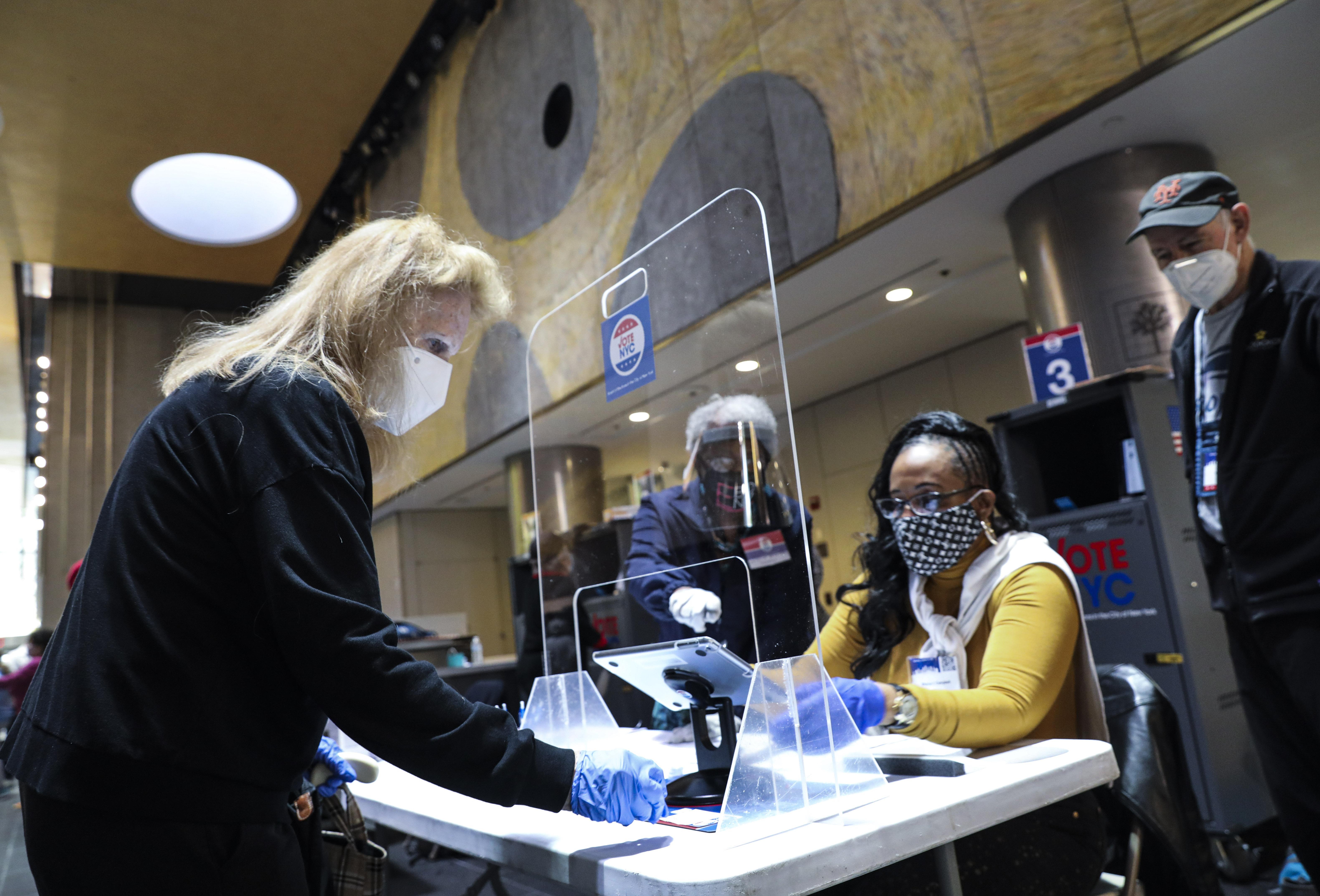 10月24日,選民在美國紐約麥迪遜花園廣場投票點提前投票,紐約州2020美國大選提前投票當日啟動。 (新華社)
