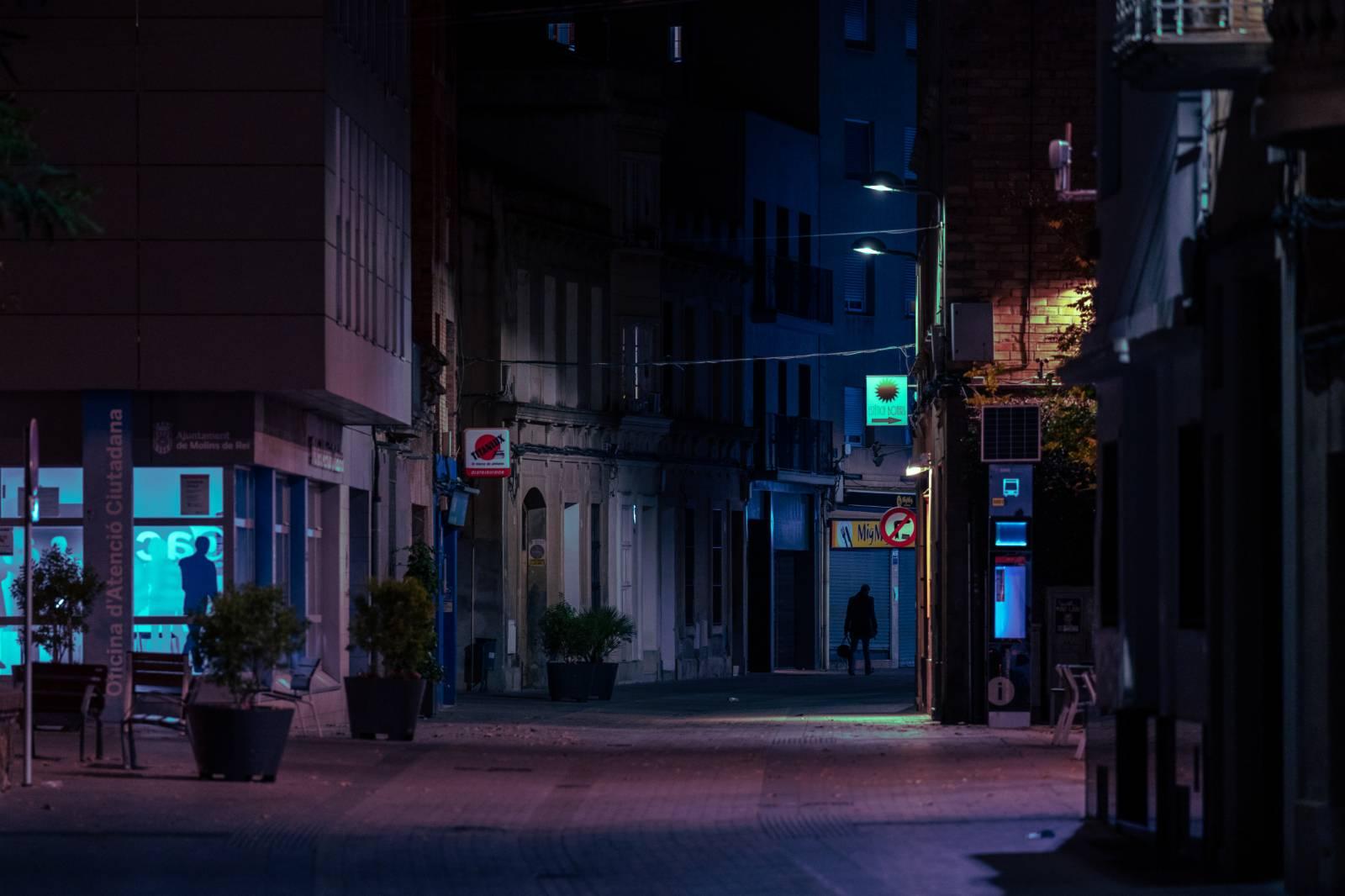 10月25日晚,一名男子走在西班牙莫林斯德雷的街道上。(新華社)