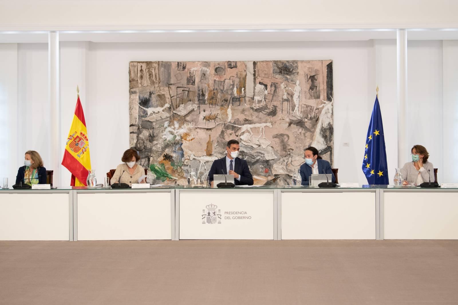 這是10月25日在西班牙馬德里的首相府拍攝的內閣特別會議現場。(新華社)