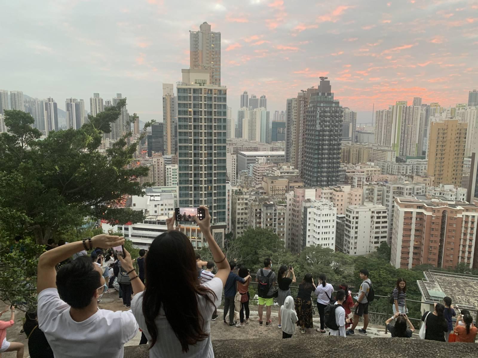 10月25日逢重陽節小長假,香港市民出外消遣度假。當天,秋高氣爽,有不少市民前往深水埗嘉頓山觀賞日落及美麗的夜景。(香港中通社圖片)