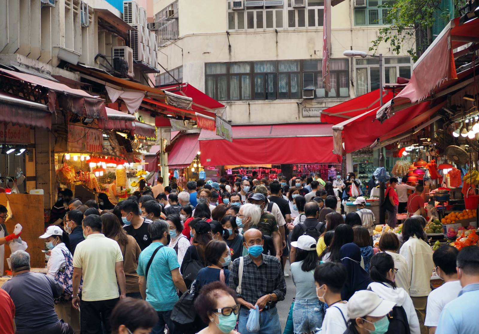 10月25日逢重陽節小長假,香港市民出外消遣度假。灣仔街市擠得水洩不通,市民紛紛選購各種食材過節。(香港中通社圖片)