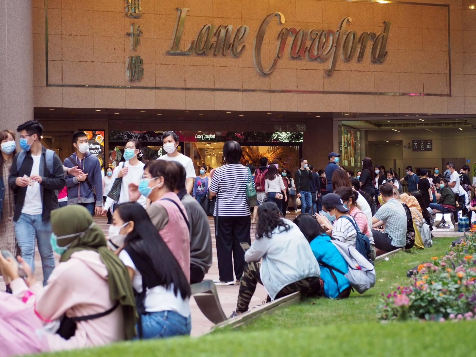 10月25日逢重陽節小長假,香港市民出外消遣度假。在人氣暢旺的銅鑼灣時代廣場,人群絡繹不絕。(香港中通社圖片)