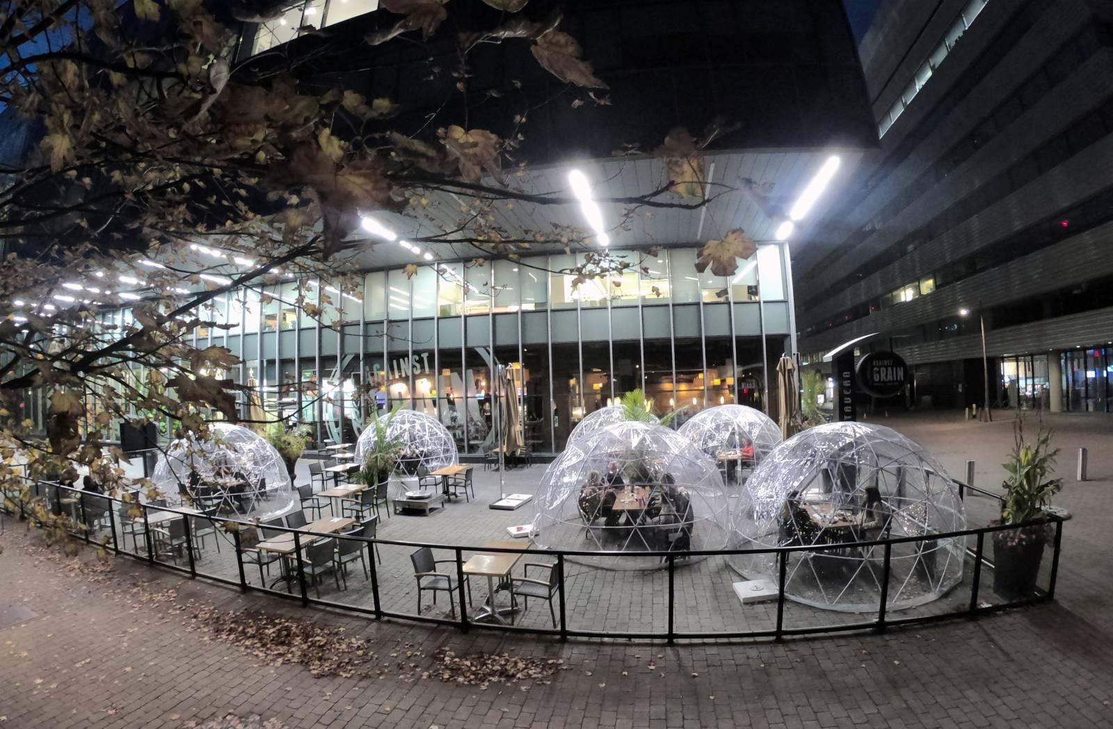 當地時間10月24日,加拿大多倫多一家餐廳,使用有助於保持安全社交距離的室外「氣泡餐桌」吸引食客光顧。由於第二波新冠疫情反彈明顯,多倫多等城市現已重新收緊防疫限制措施,包括禁止餐飲業經營室內堂食。(中新社圖片)