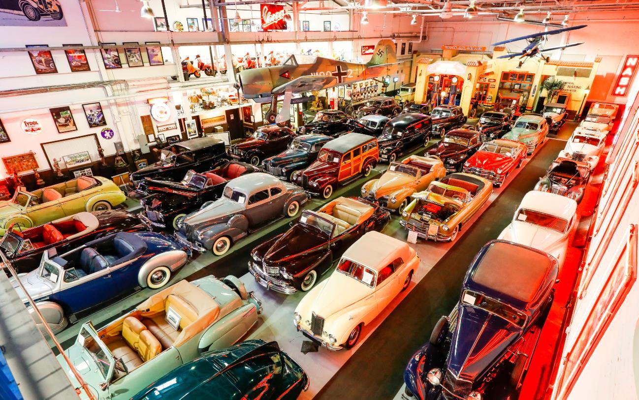 這是美國芝加哥克萊爾蒙特汽車博物館的一間展廳(10月25日攝)。