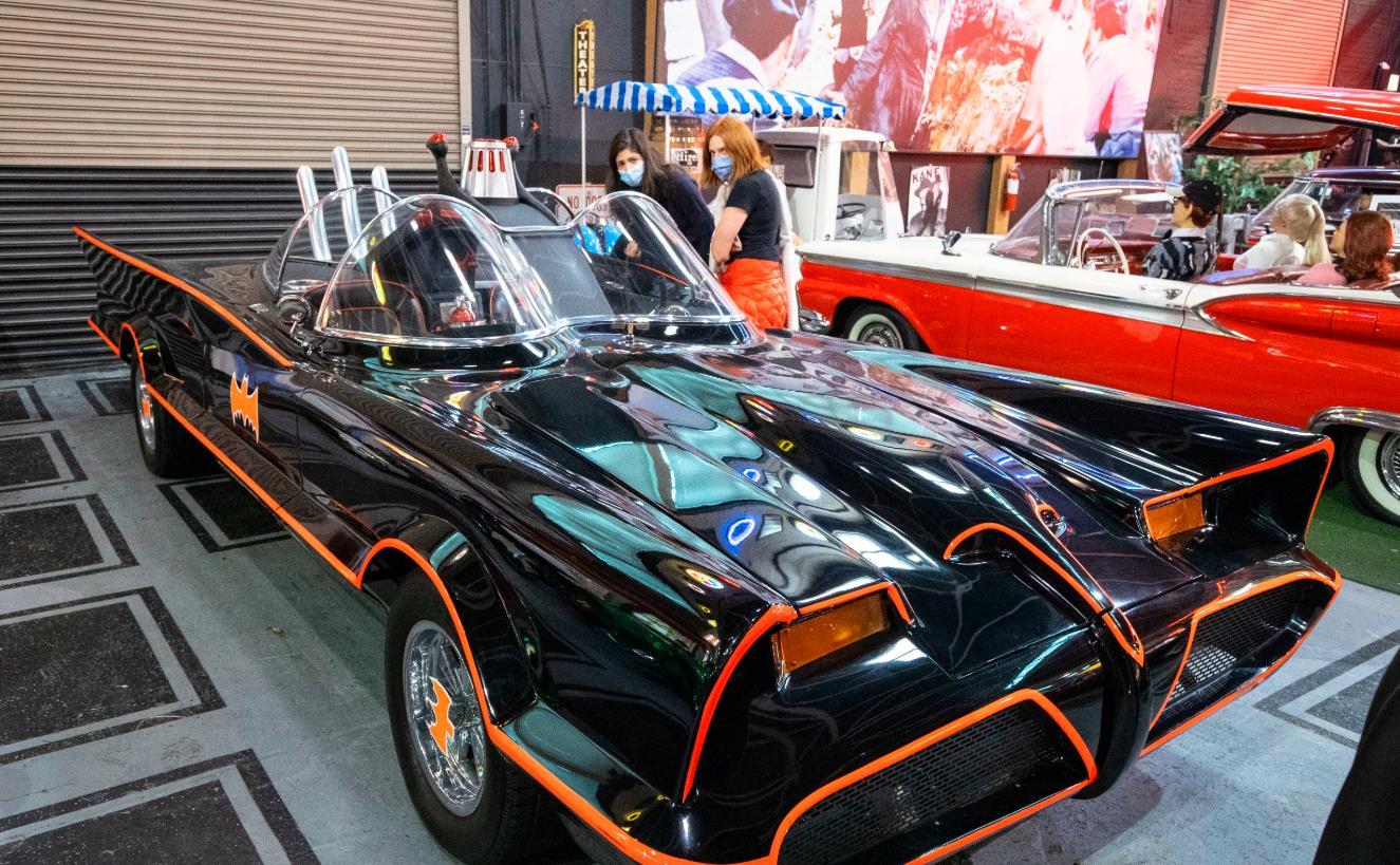 10月25日,在美國芝加哥克萊爾蒙特汽車博物館,人們觀看電影《蝙蝠俠》中出現的汽車。