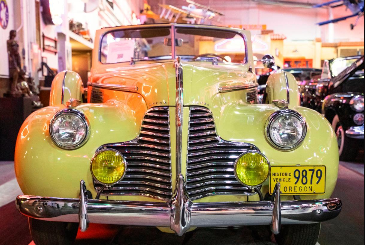 這是10月25日在美國芝加哥克萊爾蒙特汽車博物館拍攝的一輛1940年別克敞篷汽車。