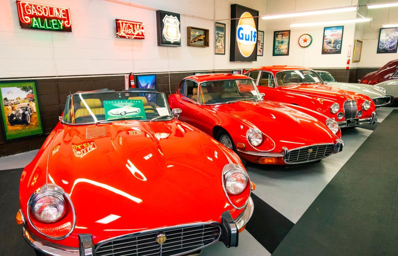 這是10月25日在美國芝加哥克萊爾蒙特汽車博物館拍攝的老式捷豹汽車。