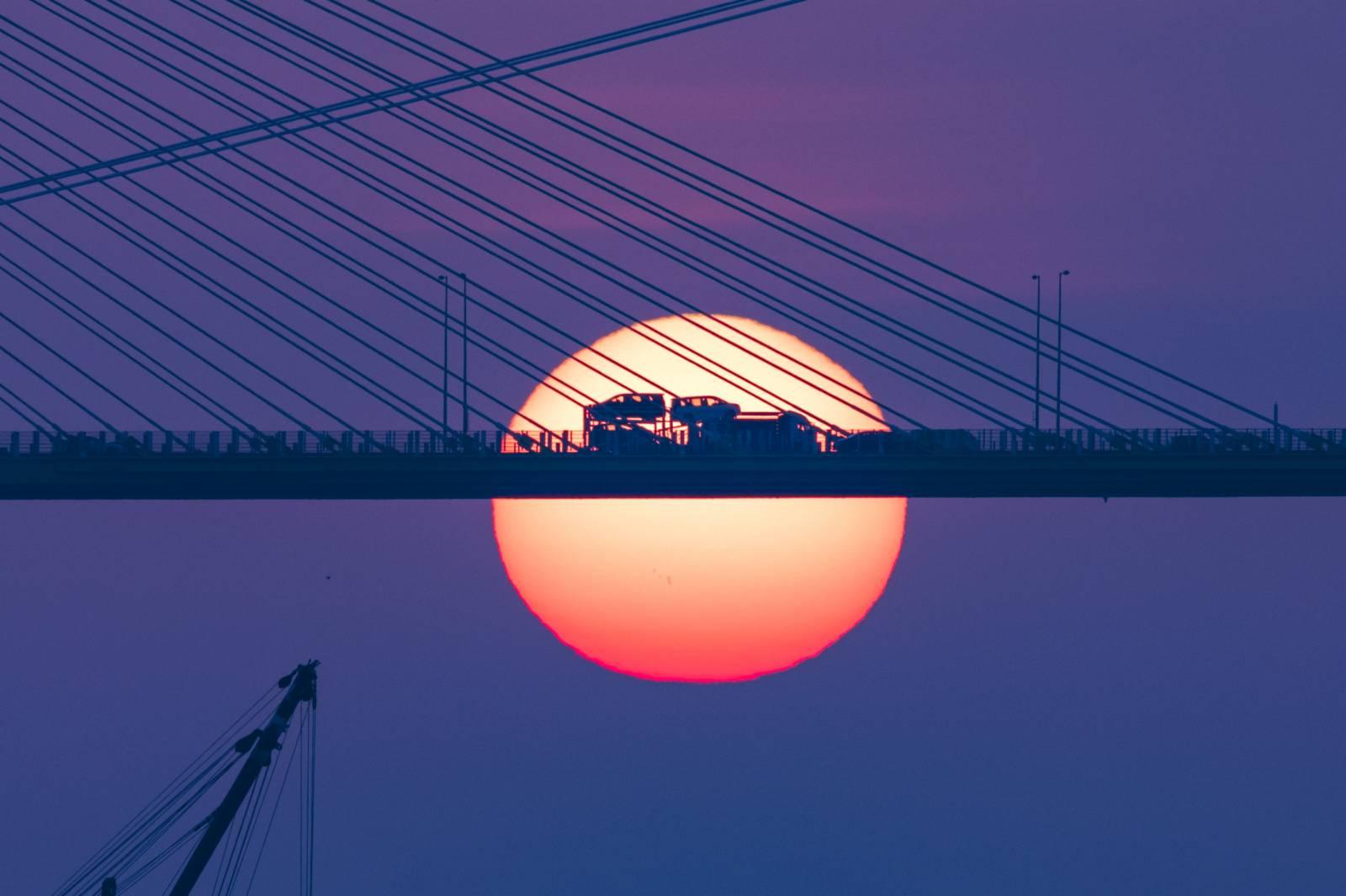 10月26日傍晚,數百名攝影愛好者抓住今年最後的機會,在香港荃灣海濱公園拍攝汀九橋日落。
