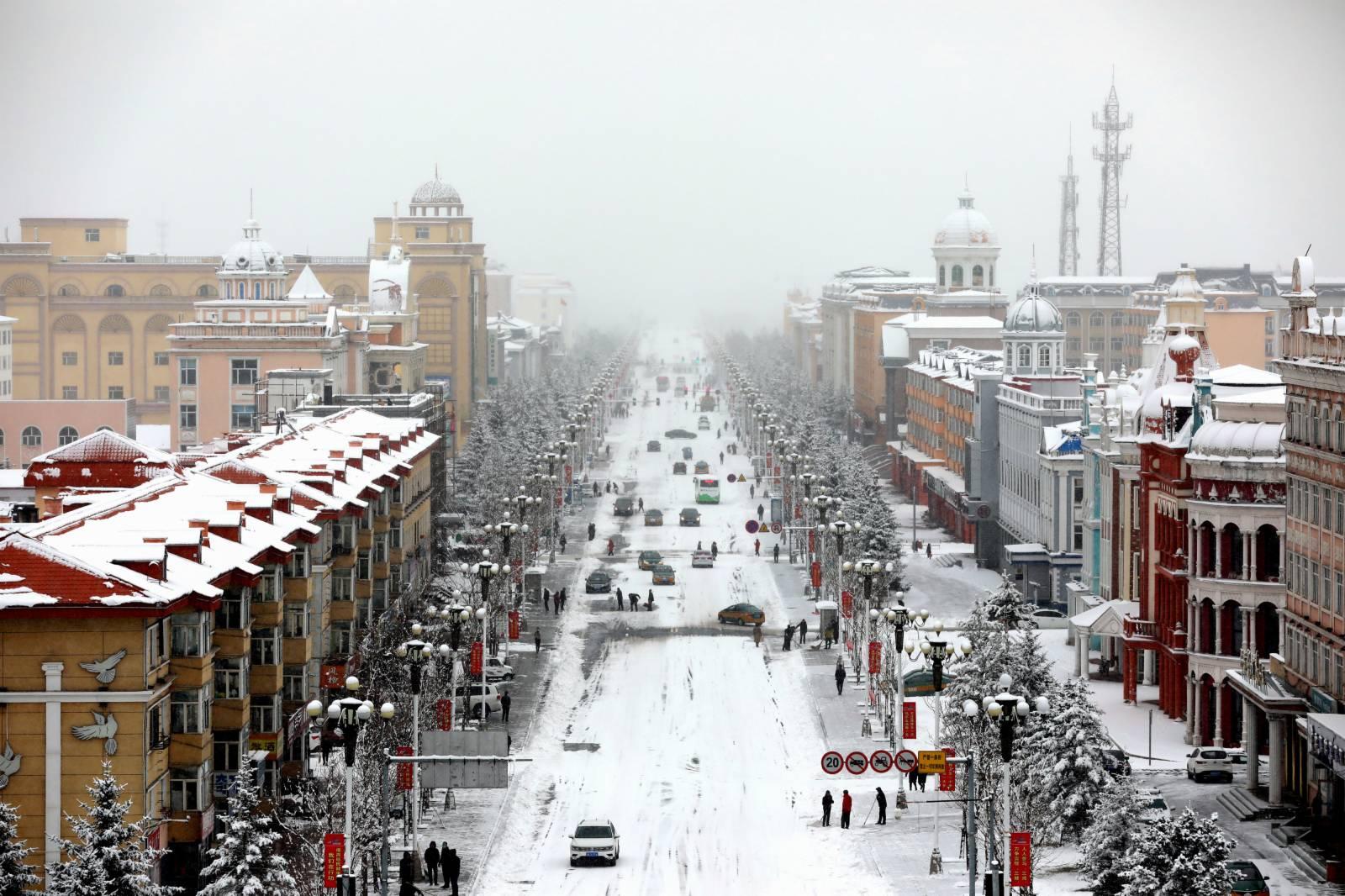 10月27日,黑龍江漠河小城籠罩在雪幕之中。受新一輪冷空氣影響,漠河迎來降雪天氣。這是當地今年入秋以來的最大一場降雪。(中新社)