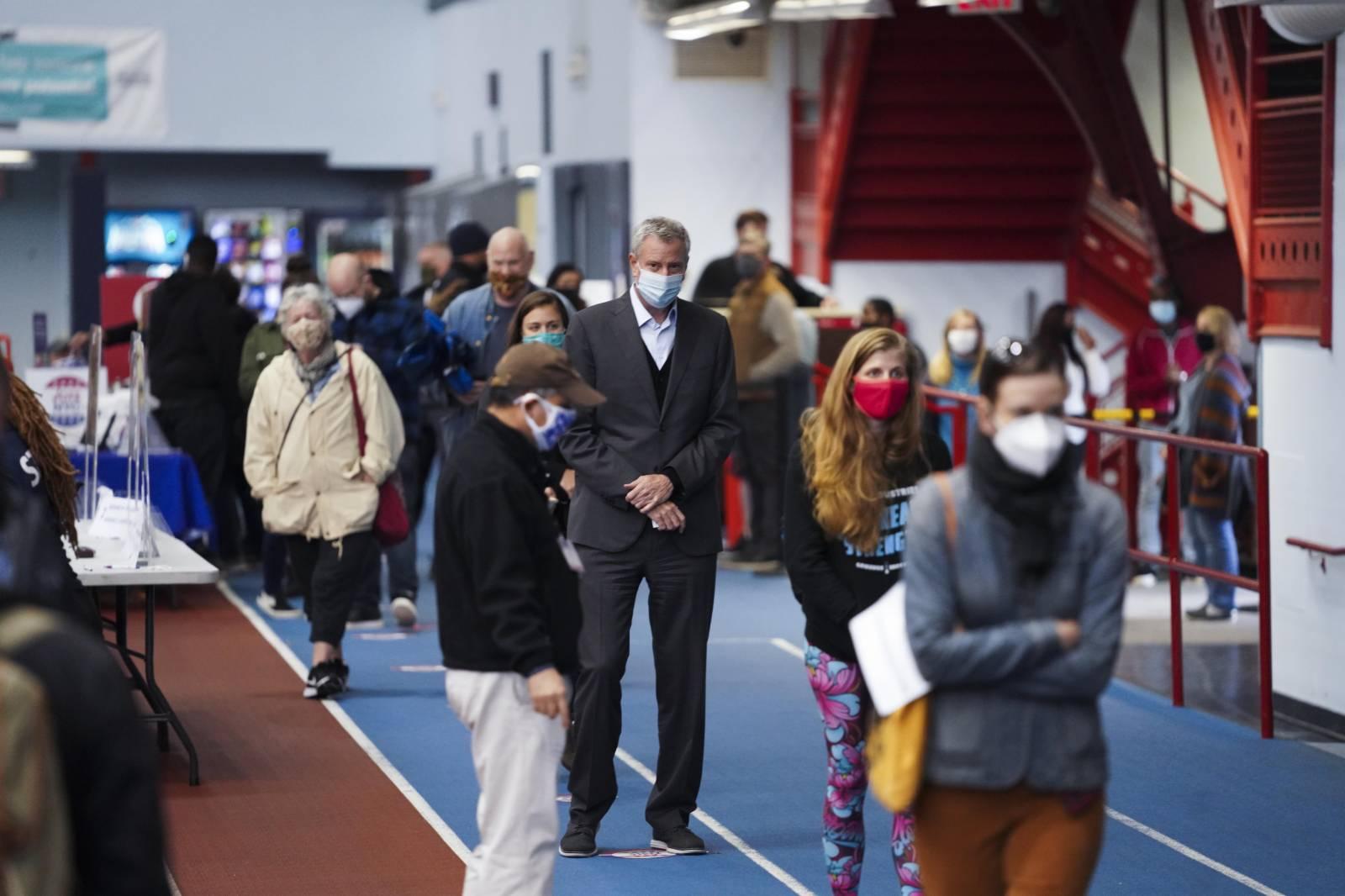 紐約市長排隊超三小時參加提前投票,呼籲減少投票等待時間。