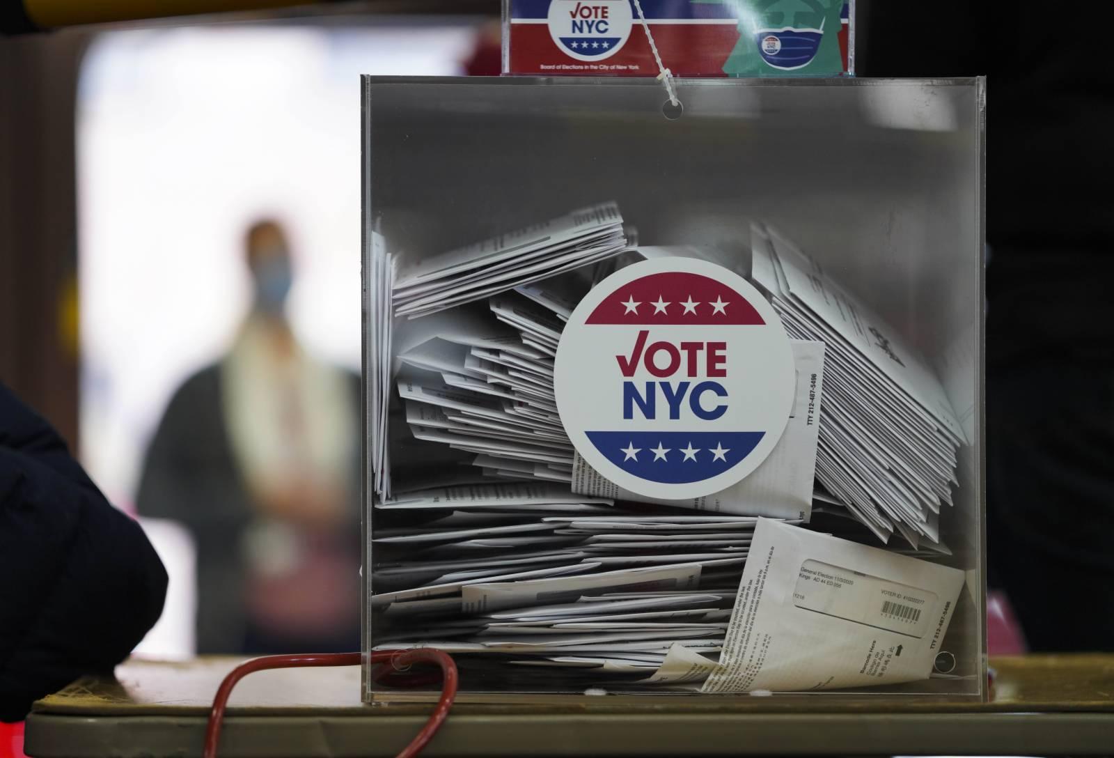 這是10月27日在美國紐約的一處投票點拍攝的投票箱。