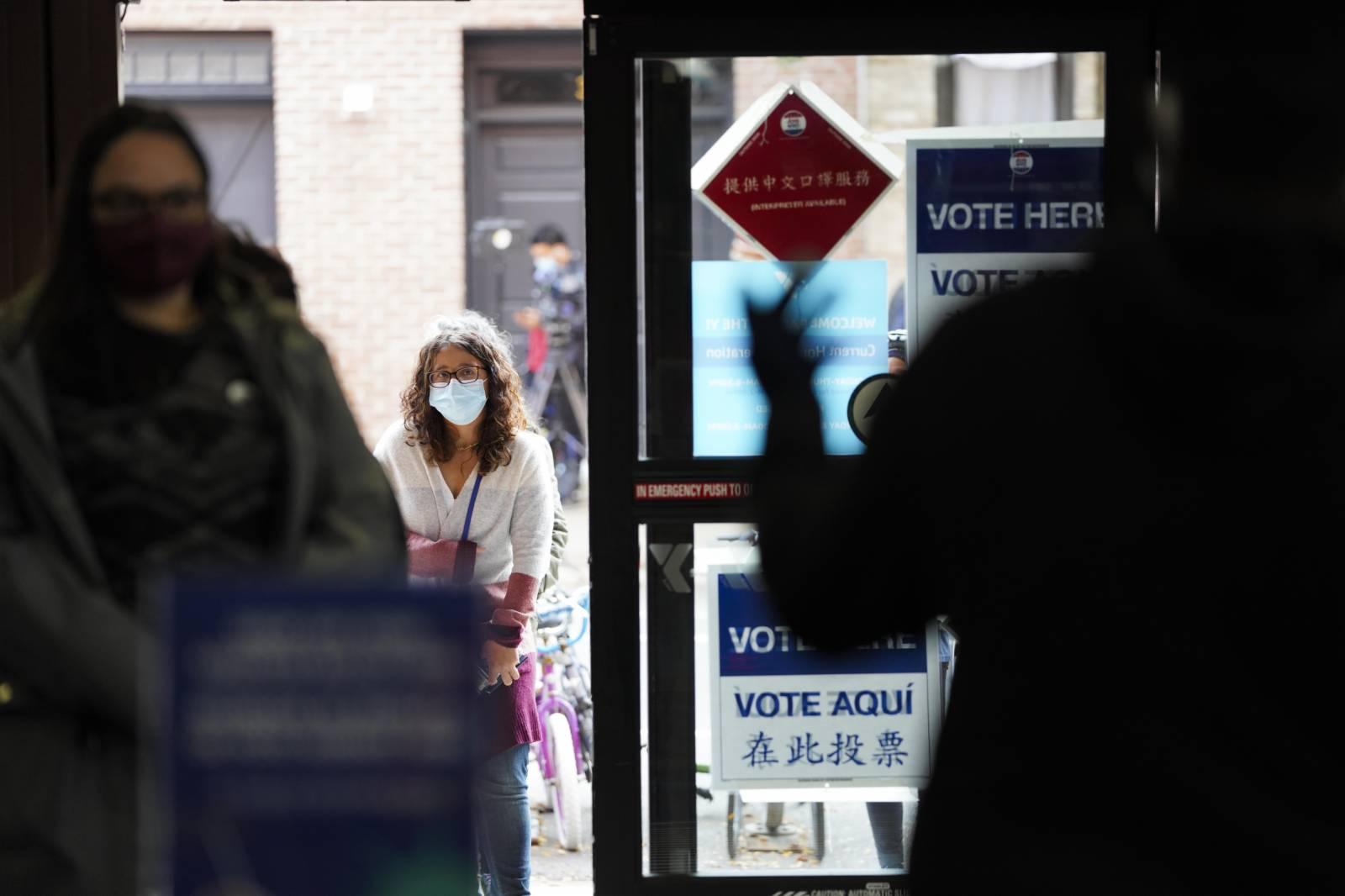 10月27日,一名選民在美國紐約的一處投票點參加提前投票。