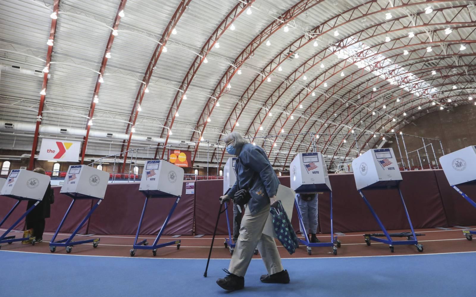 10月27日,選民在美國紐約的一處投票點參加提前投票。