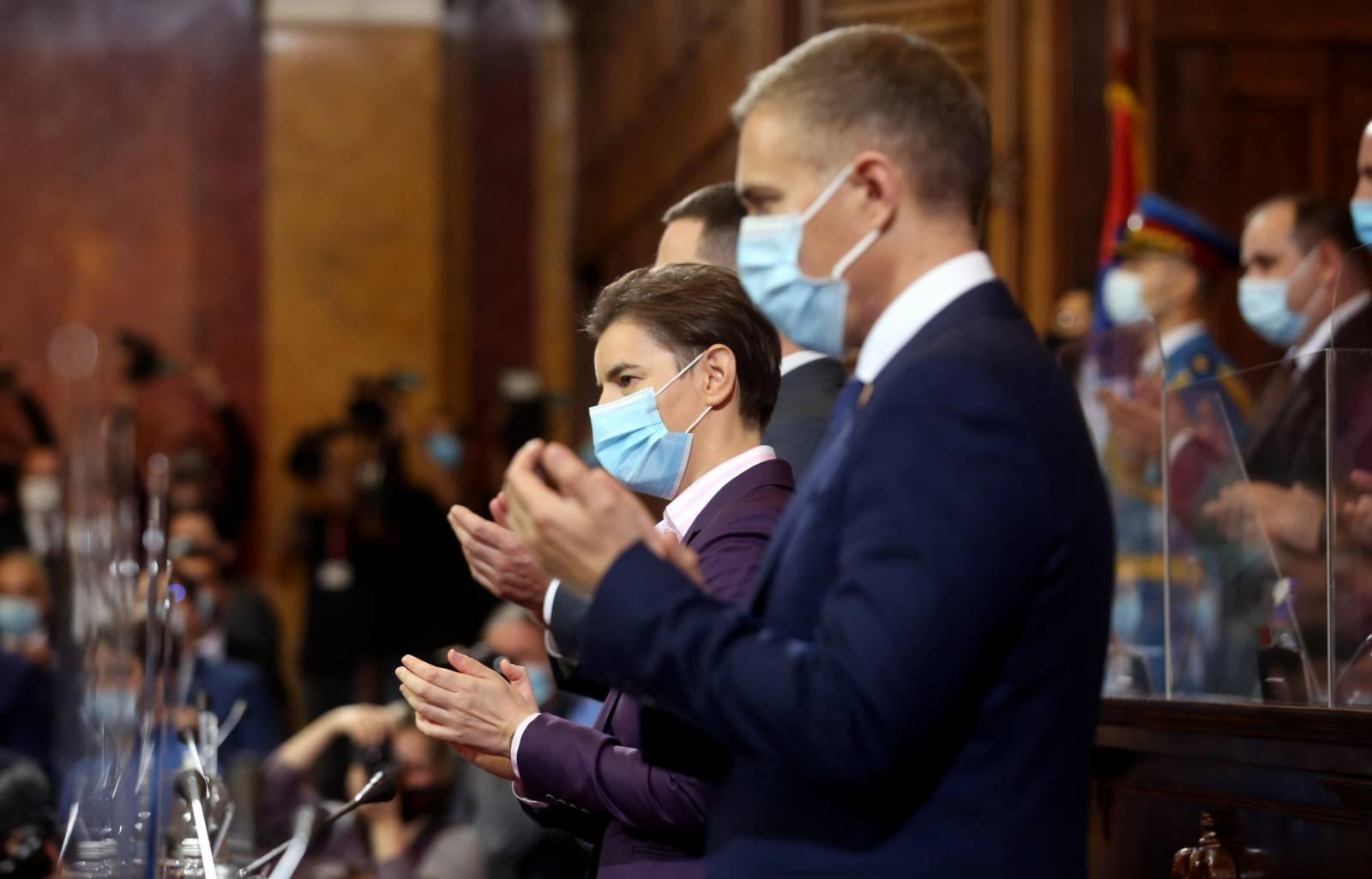 10月28日,塞爾維亞總理布爾納比奇(中)和新一屆政府成員在首都貝爾格萊德宣誓就職。(新華社)