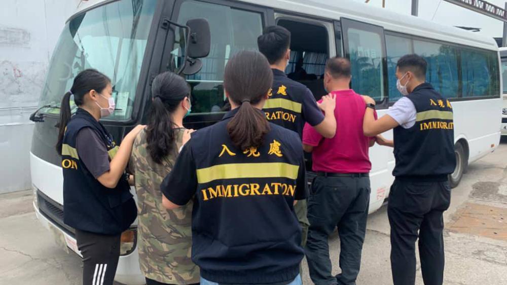 入境處反非法勞工拘17人 1男1女持行街紙