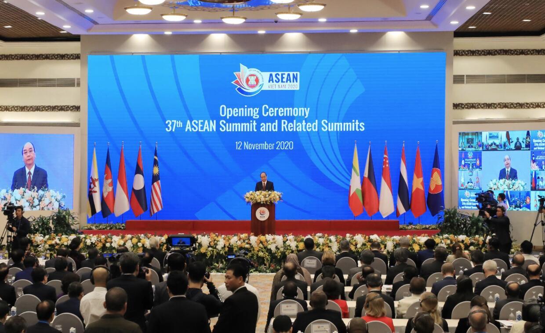 11月12日,在越南首都河內,越南總理阮春福在第37屆東盟峰會及東亞合作領導人系列會議開幕式上致辭。(新華社/越通社)