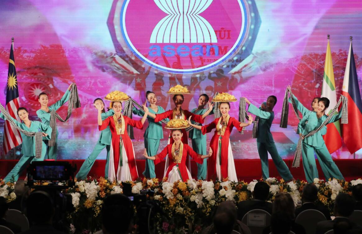 11月12日,演員在越南首都河內舉行的第37屆東盟峰會及東亞合作領導人系列會議開幕式上進行文藝表演。(新華社/越通社)