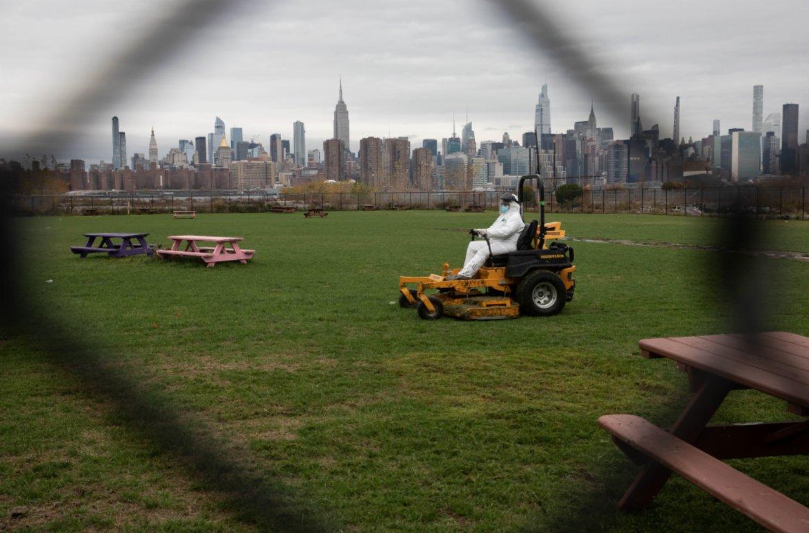 11月12日,在美國紐約一座公園,工人在養護草坪。(新華社)