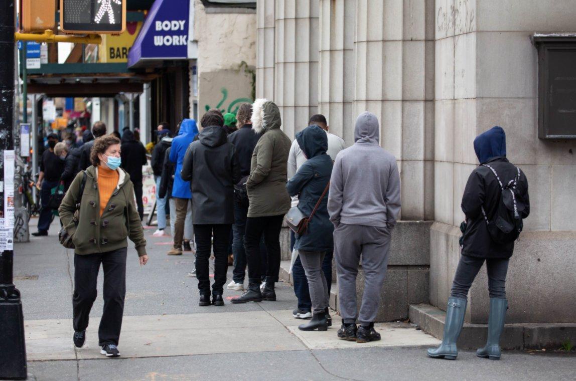 11月12日,在美國紐約一家診所外,人們排隊等待進行新冠檢測。(新華社)
