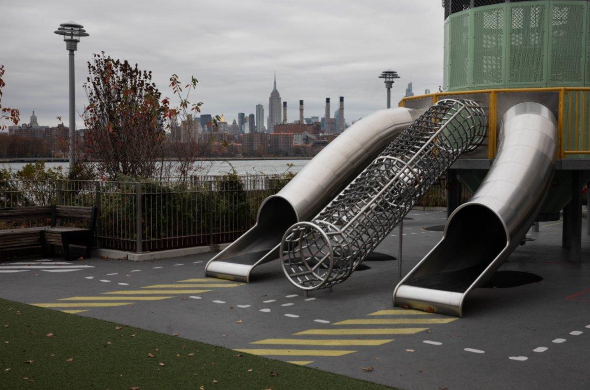 11月12日,美國紐約多米諾公園的兒童遊樂場內空無一人。(新華社)