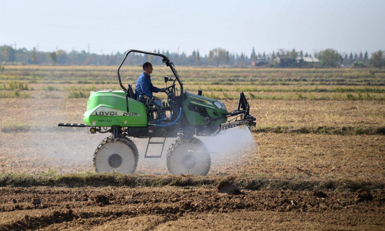 11月14日,在江西省南昌縣蔣巷鎮大田農社智慧農場,油菜撒播設備在進行現場演示。(新華社)