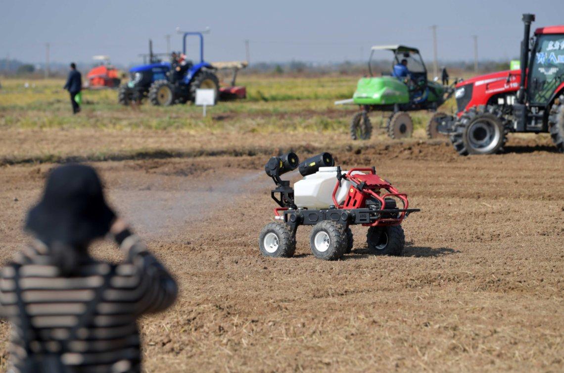 11月14日,在江西省南昌縣蔣巷鎮大田農社智慧農場,無人植保車在進行現場演示。(新華社)