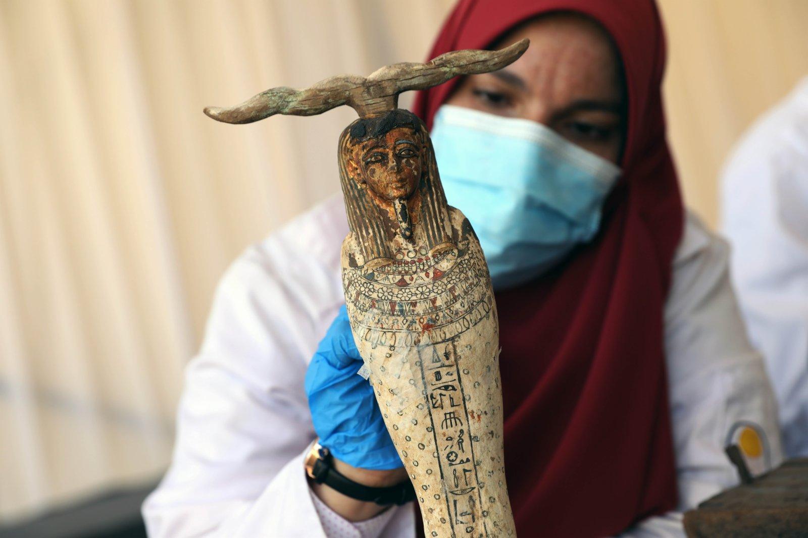 11月14日,在埃及吉薩,一名考古工作人員在彩繪木棺發現現場工作。(新華社)